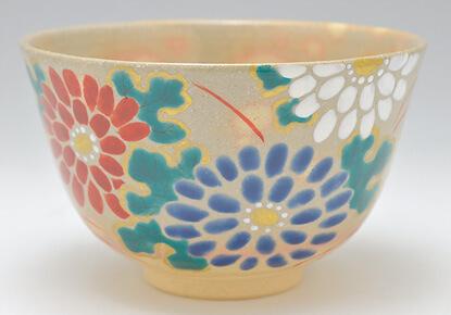 色とりどりの菊の絵が描かれた木村利斉作の抹茶碗です