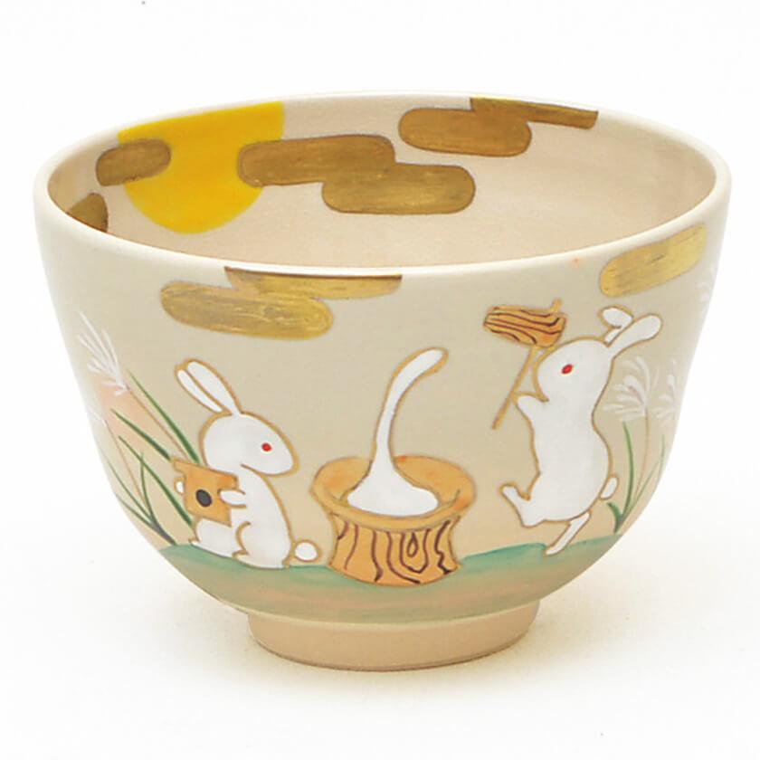 2匹のうさぎが餅つきをしている、お月見を表した柄の抹茶碗です