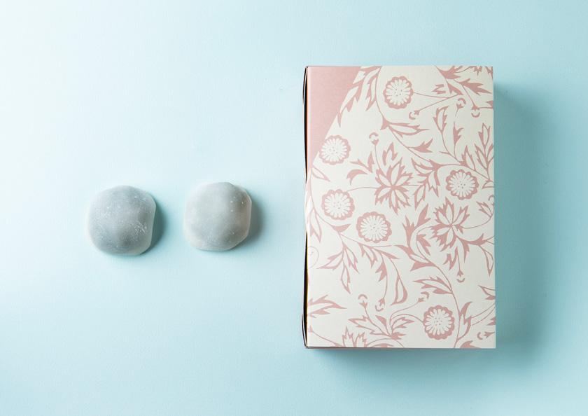 宇治抹茶大福のパッケージはかわいらしいピンクをベースにした和テイスト
